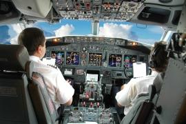 Megoldás-e ha mindig két személy tartózkodik a pilótafülkében?